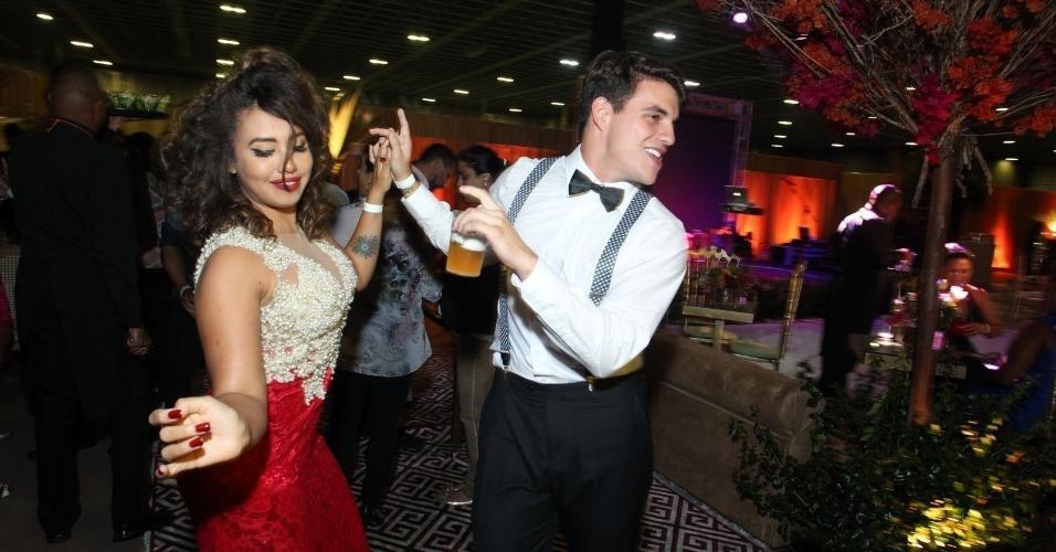 Antonio e Gabi Flor caem na pista de dança no casamento de Elis, que acontece no Rio
