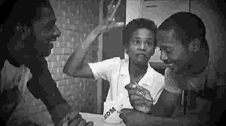 Whitney Houston com os irmãos Michael e Gary - Own/Reprodução - Own/Reprodução