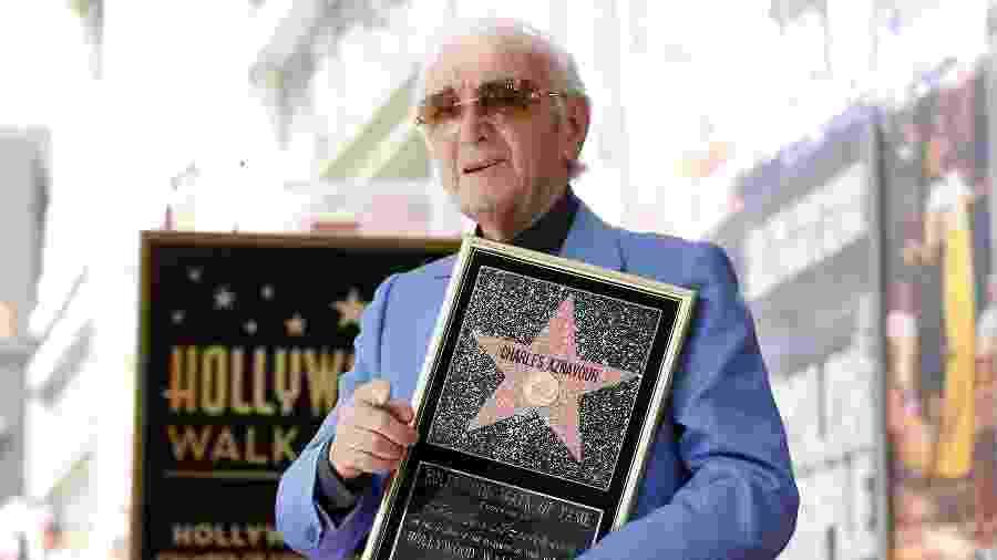 O cantor francês Charles Aznavour posa com a estrela na Calçada da Fama de Hollywood - Mario Anzuoni/Reuters