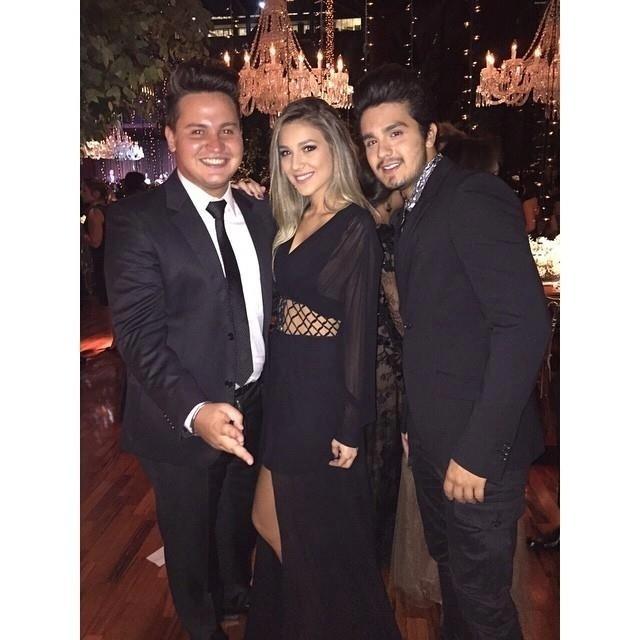 Bruna ao lado do cantor Marquinhos Echeverria e do irmão Luan Santana no casamento de Fernanda Souza e Thiaguinho