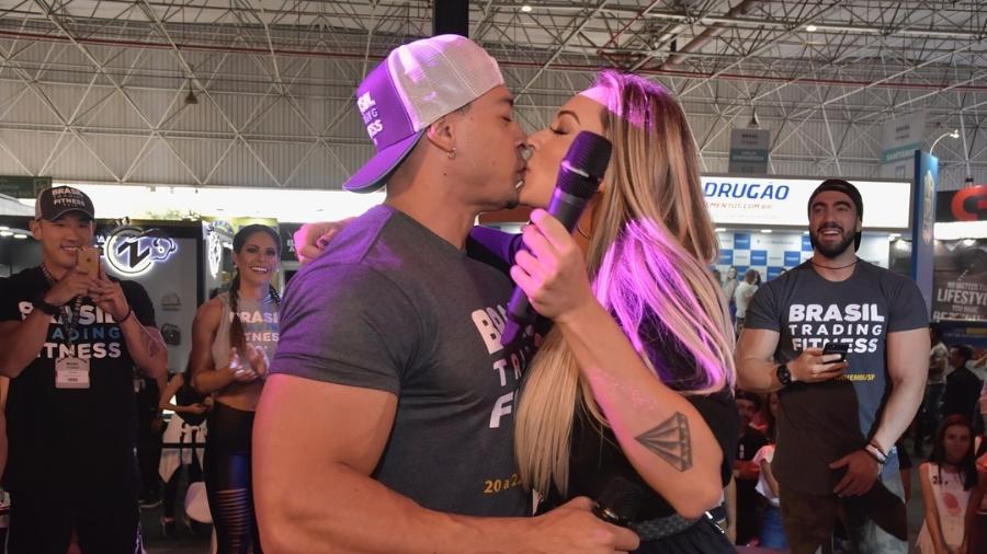 Separados, Felipe Franco e Juju Salimeni se beijam durante feira fitness - Reprodução/Instagram/brtradingfitness