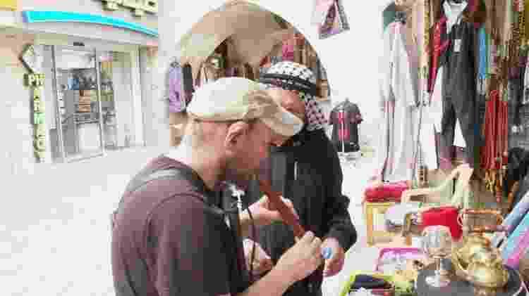 """""""Parece muito autêntico"""", afirma Giles em visita a mercado - BBC - BBC"""