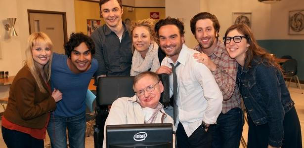 Stephen Hawking posa com o elenco de The Big Bang Theory