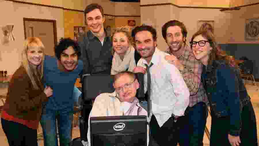 Stephen Hawking posa com o elenco de The Big Bang Theory - Divulgação