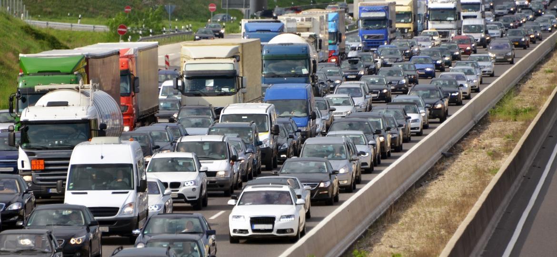 Formação correta leva a trânsito correto: está tudo parado, mas todos respeitam suas faixas -- olhe os caminhões à direita - Getty Images/iStockphoto