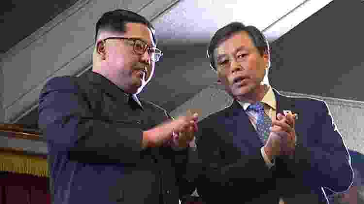 Kim Jong-un assistiu ao espetáculo ao lado do ministro de Cultura sul-coreano, Do Jong-whan  - AFP - AFP