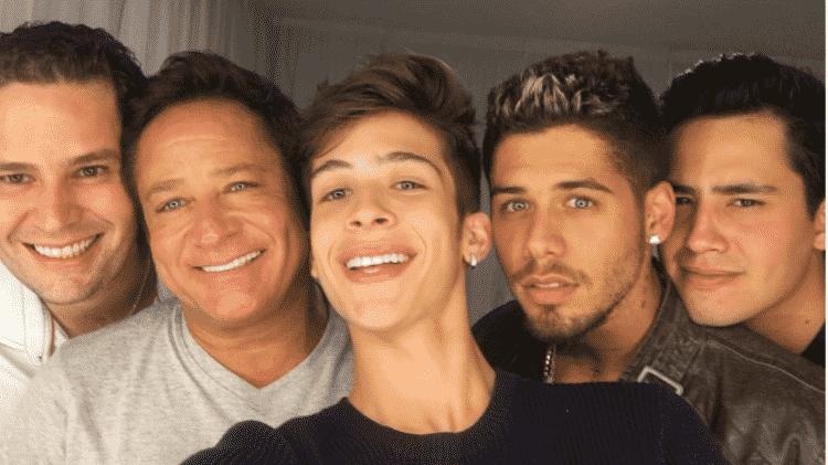 Leonardo com uma parte de seus filhos; entre eles, João Guilherme, que já se queixou da ausência do pai em sua vida - Reprodução/Instagram