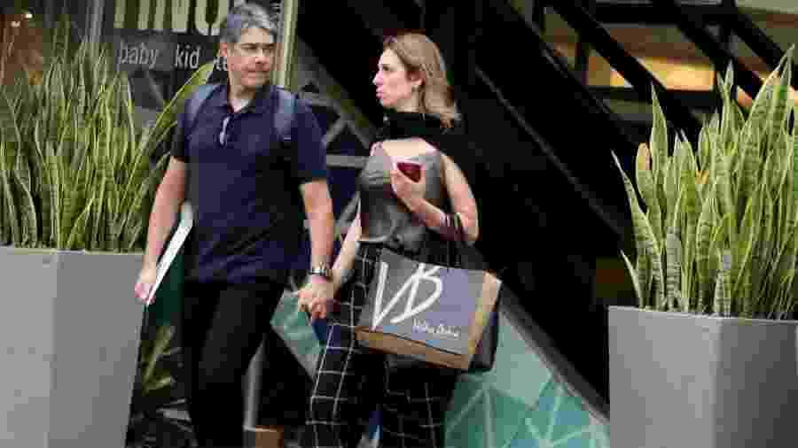 William Bonner faz compras com a namorada, Natasha Dantas, em shopping no Rio de Janeiro - AgNews