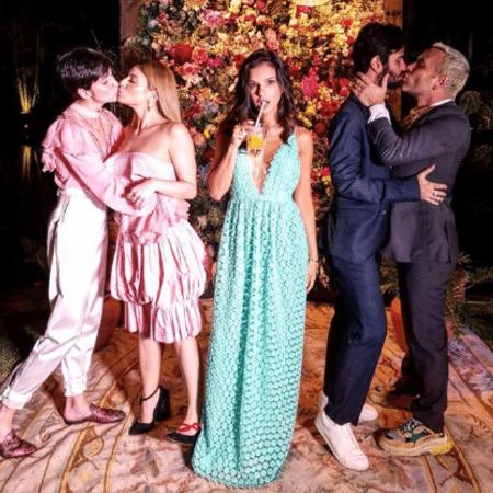 Mariana Rios entre amigos no casamento de Isis Valverde - Reprodução/Instagram