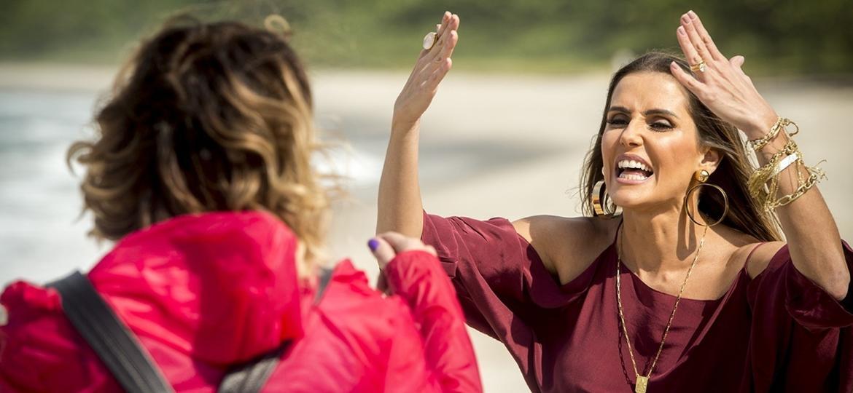 Karola (Deborah Secco) encontra Luzia (Giovanna Antonelli) em praia de Boiporã - João Cotta/Globo