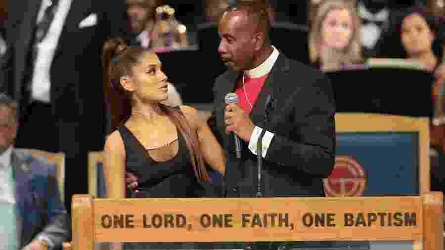 A cantora Ariana Grande e o pastor Charles Ellis III durante o funeral de Aretha Franklin, em Detroit - Scott Olson/Getty Images