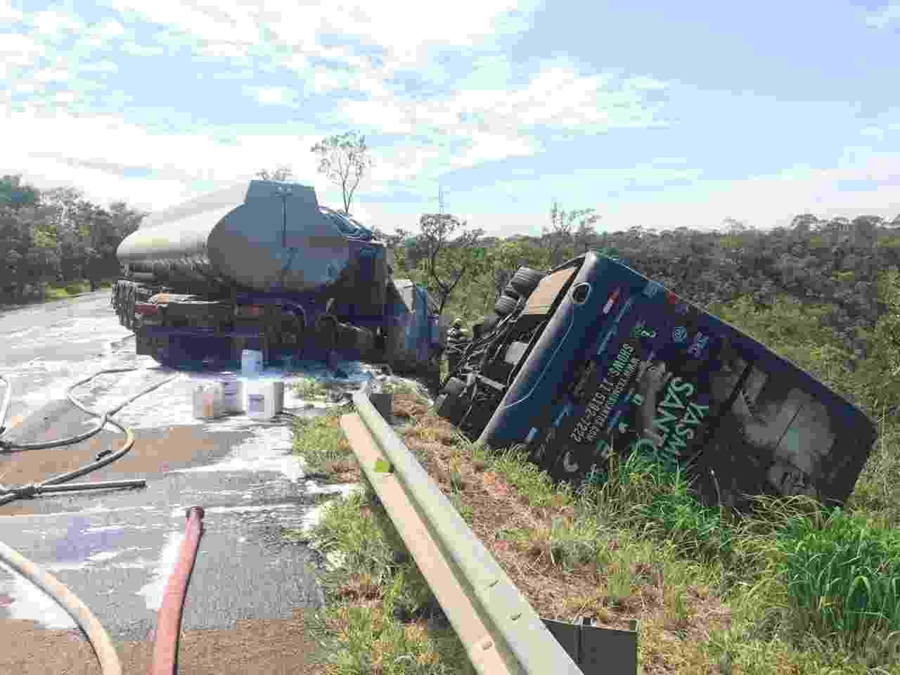 Ônibus da cantora Yasmin Santos cai na lateral da pista após colidir com caminhão-tanque na BR-040 próximo ao município de Cristalina (GO) - Divulgação/PRF