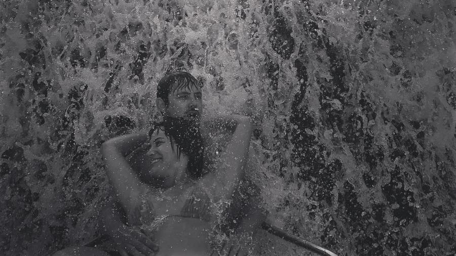 Bianca Bin e Sérgio Guizé se abraçam em cachoeira - Reprodução/Instagram