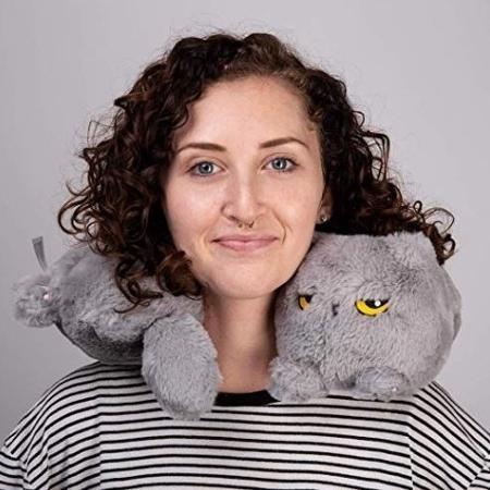 O travesseiro de pescoço tem a cara de gatinho - Reprodução