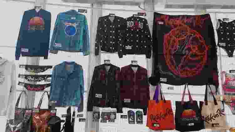 Produtos oficiais do Rock in Rio podem ser encontrados com as camisetas das bandas - Leonardo Rodrigues/UOL - Leonardo Rodrigues/UOL