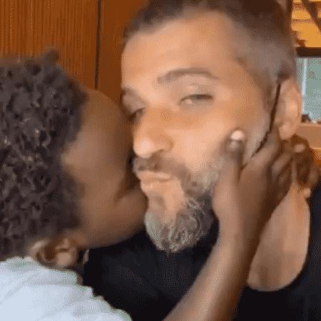 Bruno Gagliasso compartilhou momento carinhoso com Bless em vídeo no Twitter - Reprodução/Twitter/@brunogagliasso