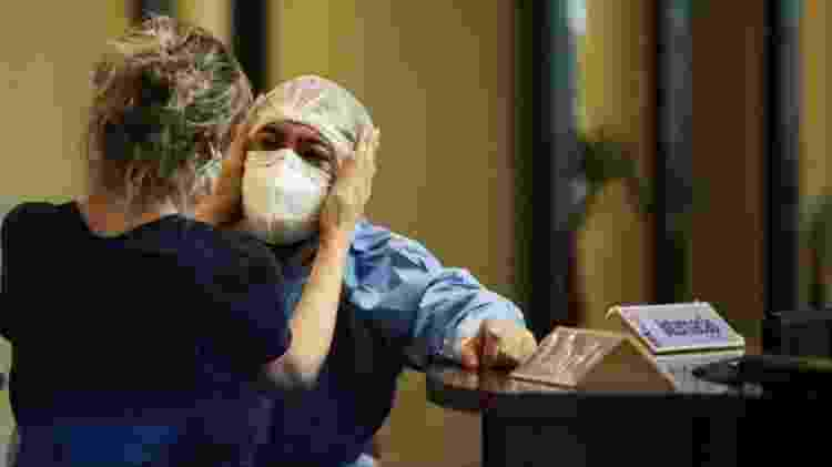 enfermeira consolando colega - Reuters - Reuters