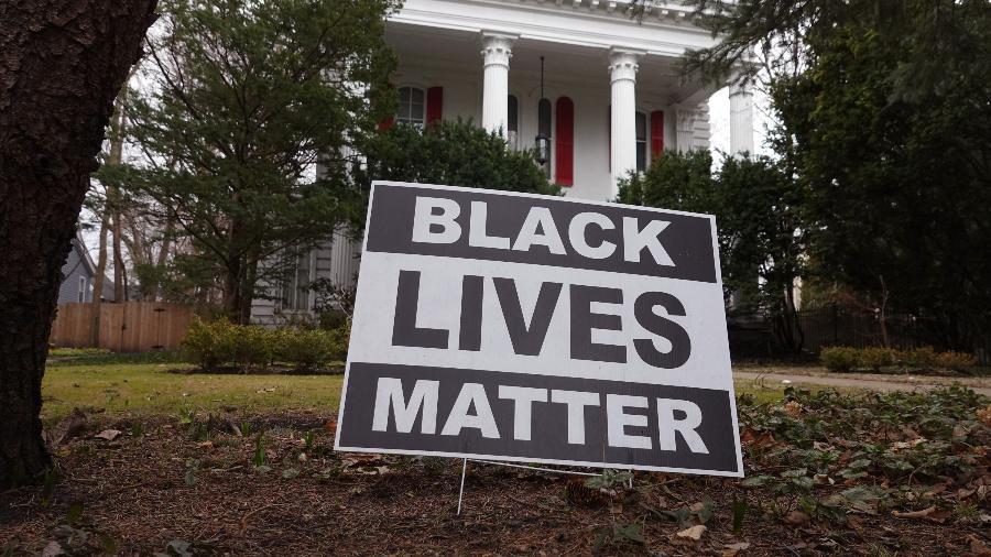 Placa do Black Lives Matter (Vidas Negras Importam) em frente a casa de Evanston, primeira cidade dos EUA a pagar reparação histórica em dinheiro a negros pela escravidão e políticas de segregação - Getty Images