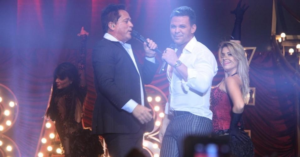 25.jun.2015 - Leonardo e Eduardo Costa se apresentam com o show performático Cabaré no Barra Music, na zona oeste do Rio de Janeiro, na noite desta quinta-feira