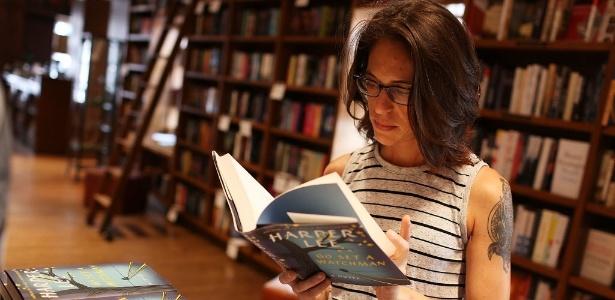 """Leitora confere """"Go Set a Watchman"""", novo livro de Harper Lee, em uma livraria na Flórida - Joe Raedle/Getty Images/AFP"""