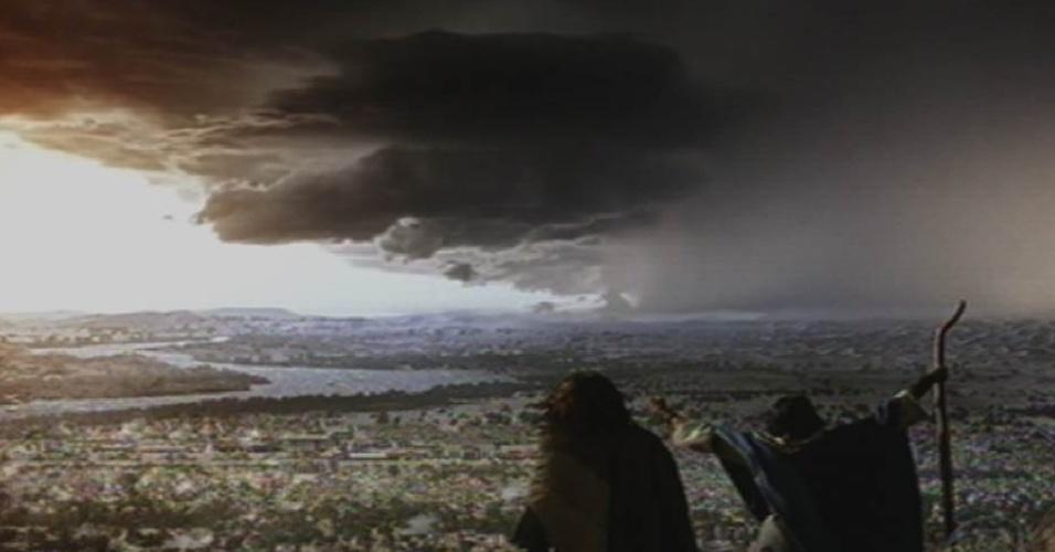 8.out.2015 - Céu escurece e trovões são vistos depois que Moisés (Guilherme Winter) invoca a sétima praga para castigar os egípcios