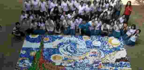 """Estudantes de uma escola em Taiwan recriaram o famoso quadro """"A Noite Estrelada"""", do pintor holandês Vincent Van Gogh, usando 30 mil tampinhas coloridas de garrafa - Divulgação"""