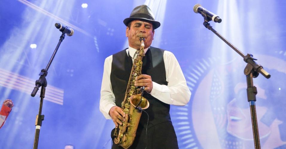 5.fev.2016 - Juntamente com o Maestro Forró, o Maestro Spok Frevo agita o palco do Marco Zero na sexta-feira de abertura do Carnaval do Recife