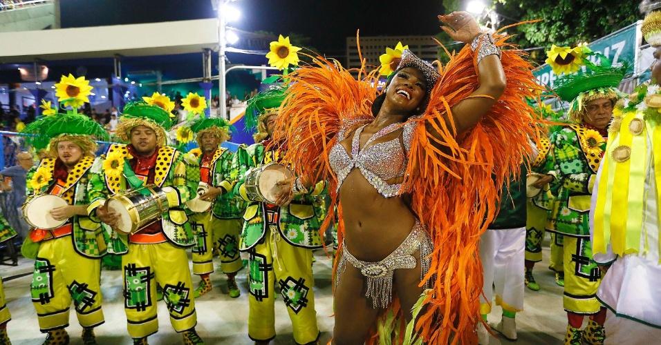 13.fev.2016 - Rainha de bateria da Imperatriz Leopoldinense, Cris Vianna chega atrasada na avenida