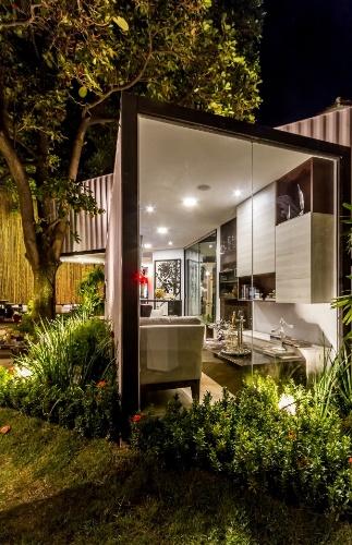 Um dos espaços da Casa Cor Bolívia 2016 é o Refúgio Contemporâneo, desenvolvido pelo arquiteto Eduardo Baldelomar. Com 55 m², a mini-casa é estruturada por contêineres e demorou 30 dias para ser construída para a mostra de decoração. cada um de seus módulos suporta até 30 toneladas de carga