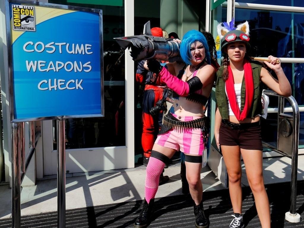 21.jul.2016 - Cosplayers passam por vistoria de armas no primeiro dia de San Diego Comic-Con 2016