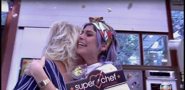 """Julianne Trevisol abraça Ana Maria Braga após vencer o """"SuperChef Celebridades"""" - Reprodução/TV Globo"""