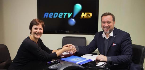 Ana Paula com o diretor de jornalismo, Franz Vacek, durante a assinatura de seu contrato, no dia 3 de agosto passado. - Artur Igrecias