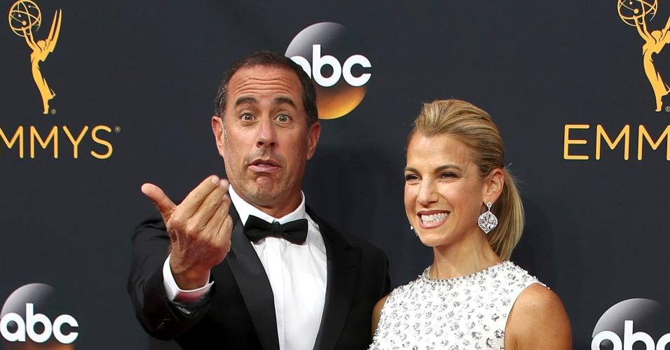 18.set.2016 - Jerry Seinfeld faz graça para os fotógrafos do Emmy ao lado da mulher, Jessica