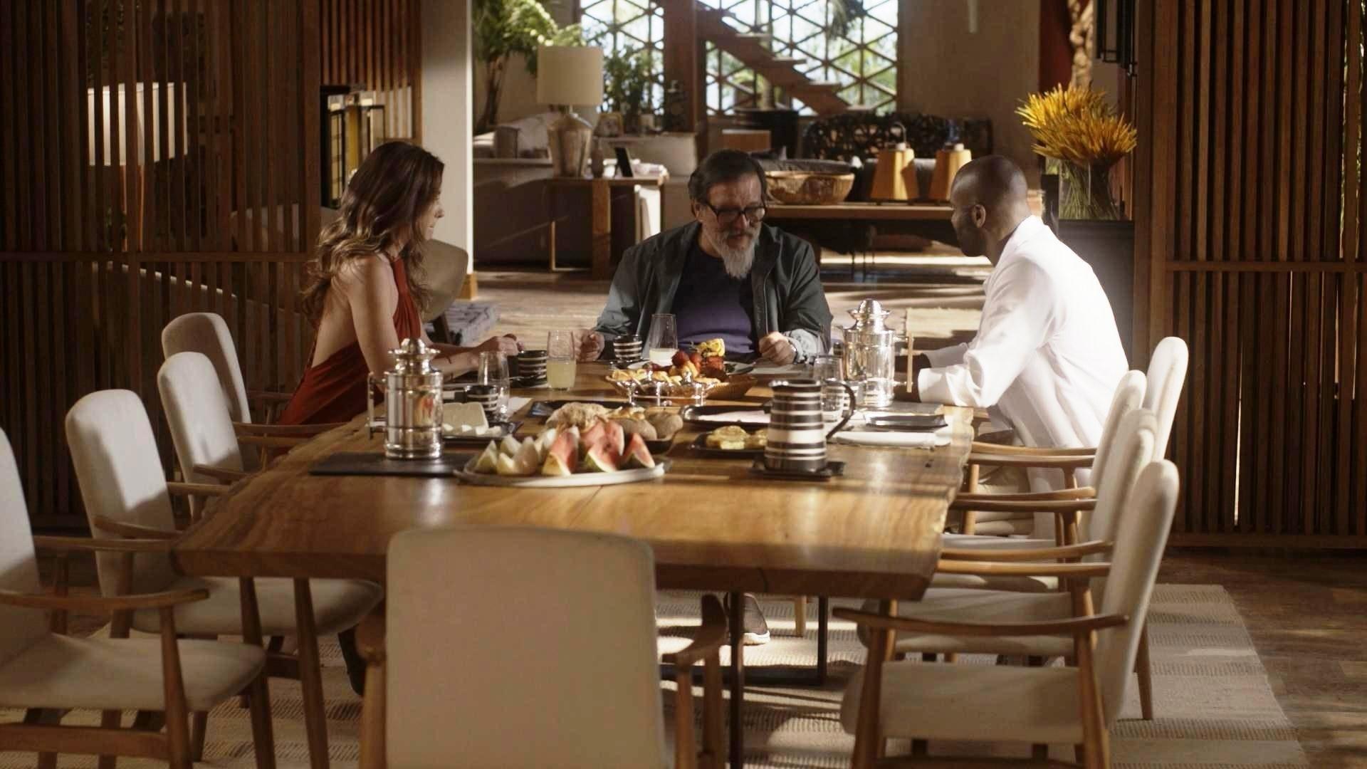 João Amaro (Rafael Zulu) se inflitra na casa de Tanaka (Luis Melo) e Alice (Giovanna Antonelli) estranha em