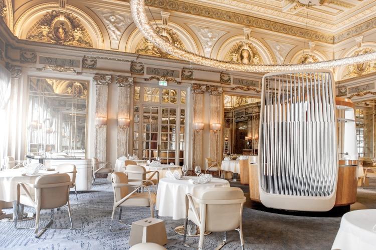 O ambiente elegante e luxuoso do restaurante Le Louis XV - Alain Ducasse, localizado dentro do Hôtel de Paris, no principado de Mônaco