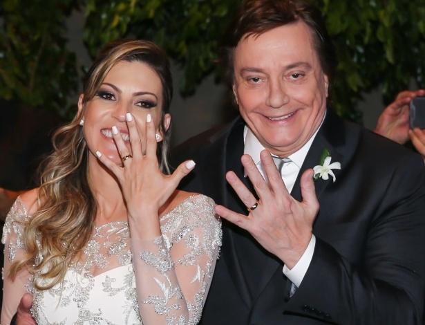 21.nov.2016 - Fábio Jr. e Fernanda Pasucci mostram as alianças após se casarem em São Paulo