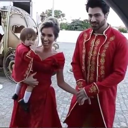 """Adriana Sant""""Anna e Rodrigão se vestem com trajes da realeza para comemorar aniversário de um ano do filho - Reprodução/Instagram"""