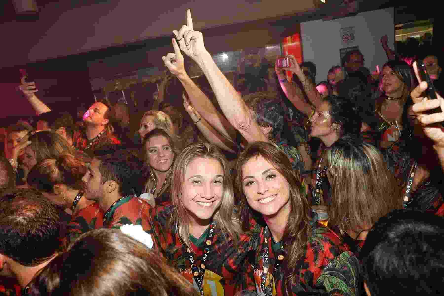 Fernanda Gentil e a namorada Priscila curtem a noite de domingo de Carnaval juntinhas na Sapucaí - Divulgação