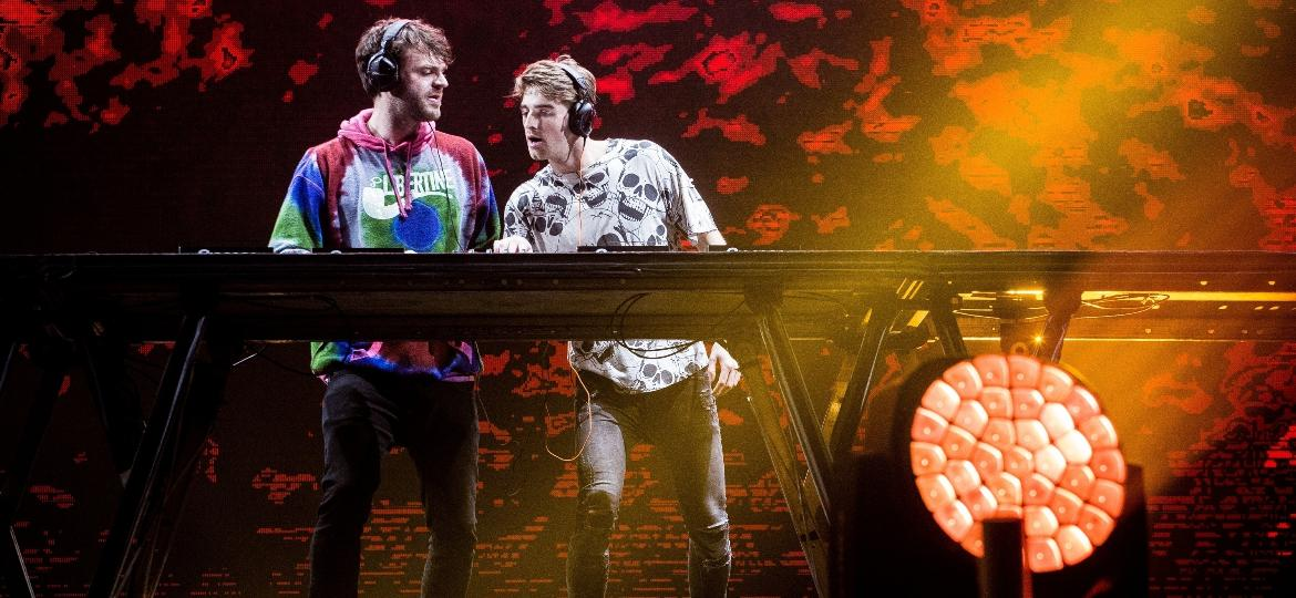 O duo de DJs The Chainsmokers fecharam a primeira noite do Lollapalooza no palco Axe, no autódromo de Interlagos - Keiny Andrade/Folhapress