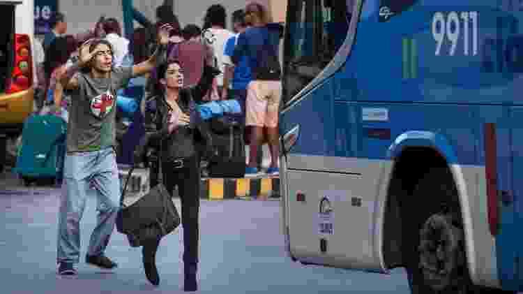"""Márcio (Jaffar Bambirra) e Antônia (Vanessa Giácomo) param ônibus em """"Pega Pega"""" - Mauricio Fidalgo/TV Globo - Mauricio Fidalgo/TV Globo"""