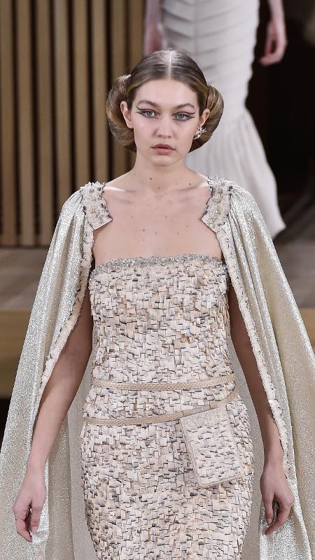 Gigi Hadid usa pochete no desfile de alta-costura 2016 da Chanel - Getty Images