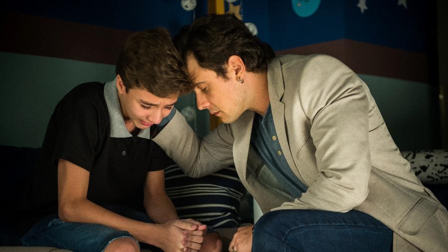 Gael (Sergio Guize) conta para Thomaz (Victor Ferreira) sobre a morte da mãe. O menino chora por Clara (Bianca Bin) - Divulgação/TV Globo/Raquel Cunha
