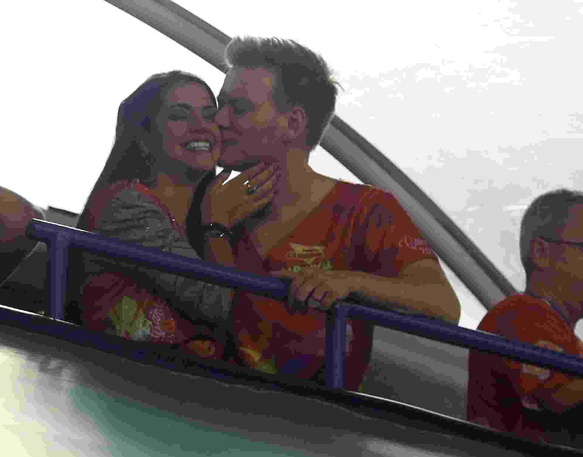 Thais Fersoza e Michel Teló beijam muito no camarote Guanabara, na Sapucaí, Rio de Janeiro - Daniel Pinheiro/AgNews