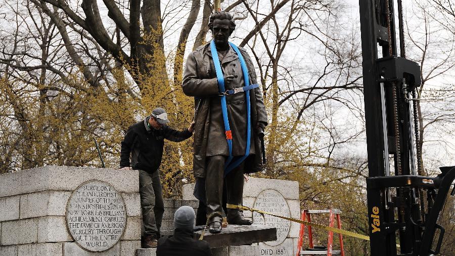 A estátua do Dr. J. Marions Sims sendo removida do Central Park, em Nova York - Getty Images