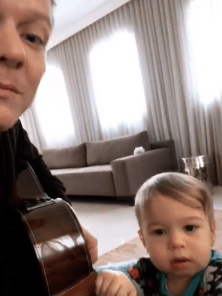 Michel Teló toca violão com o caçula, Teodoro - Reprodução/Instagram
