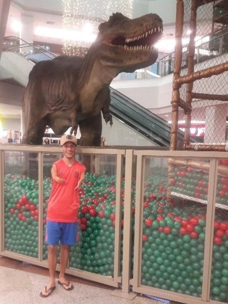 Michel Bracinho posta foto ao lado de um Tiranossauro Rex - Reprodução/Twitter