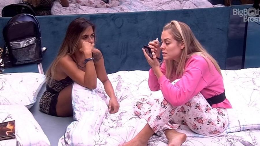 Carol e Paula conversam sobre sisters no quarto - Reprodução/TvGlobo