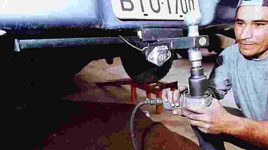 Funcionário instala kit de engate; nem todos veículos podem receber o equipamento e essa informação está no manual - FSP-Autofolha
