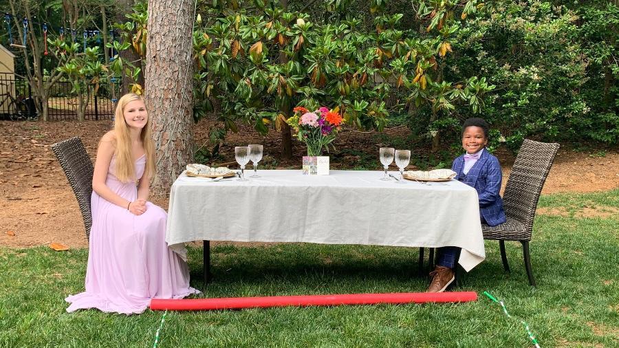 Curtis Rogers e Rachel Chapman celebraram a graduação dela ao ar livre e respeitando o distanciamento social - Reprodução/Twitter