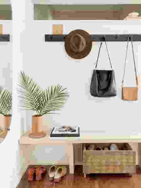 Com novos hábitos, o hall ganha atenção especial, com sapateira, ganchos e outros itens de decoração - Reprodução/Pinterest